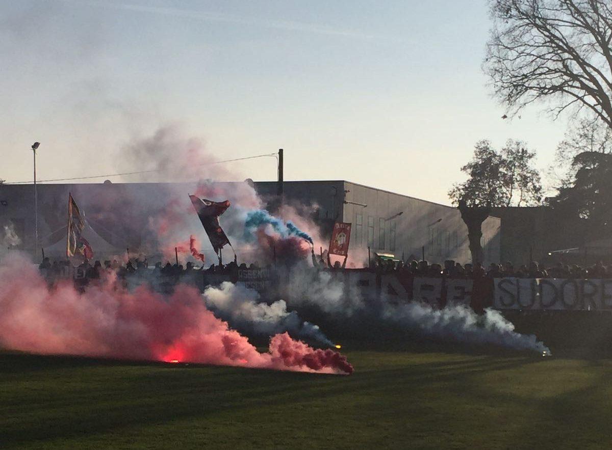 Parma: sassi contro il pullman a Reggio Emilia