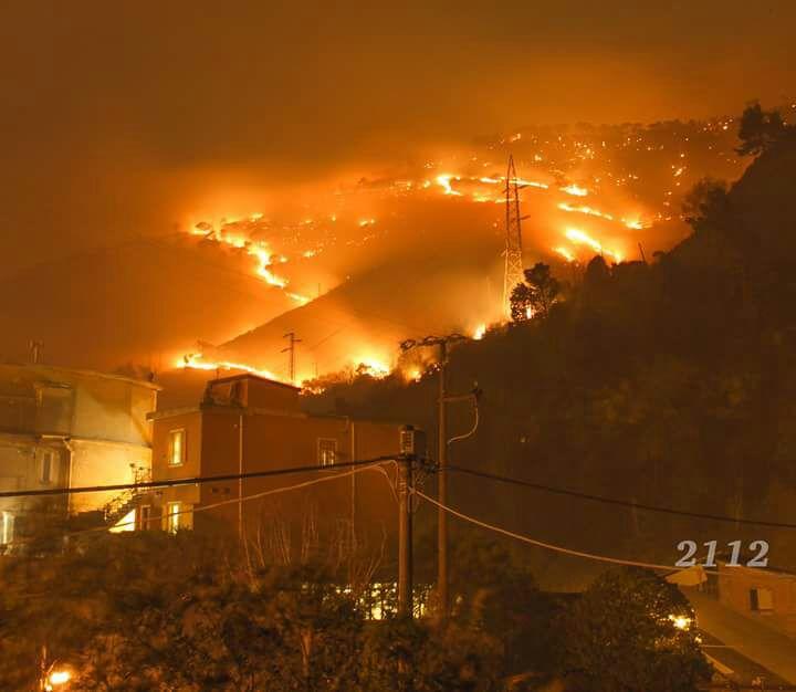 Boschi in fiamme sulle alture di Genova, sfollati e strade chiuse